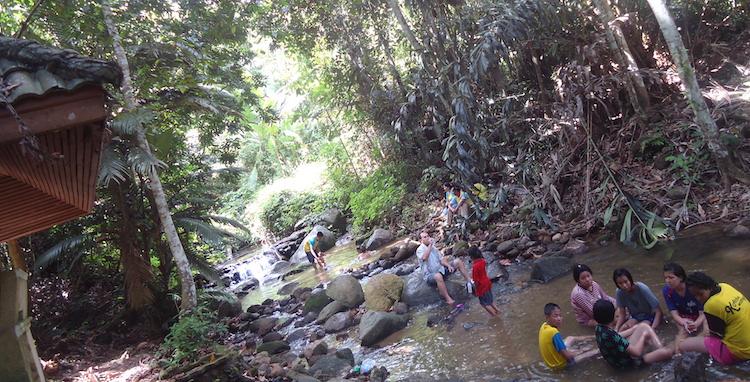 Bambini che fanno il bagno in Thai